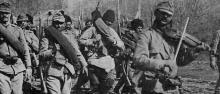 Fanti rumeni avanzano verso il fronte transilvano accompagnati da un violinista