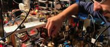 Ricercatore al lavoro su apparato sperimentale che produce il supersolido ©UniFi